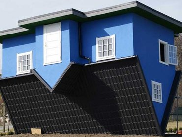 Dom do góry nogami znajduje się w Ochabach Wielkich (fot. materiały prasowe)