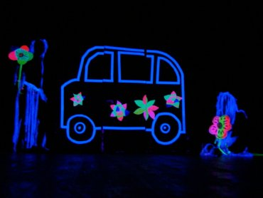 Zajęcia w Teatrze Czarnego Tła pozwolą dzieciom oswoić się z tą formą spektaklu (fot. mat. organizatora)