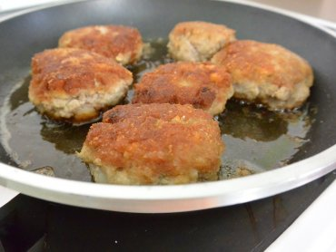 Kotlety mielone to prosty i smaczny sposób na obiad (fot. mat. Cynamon Sztuka Gotowania)
