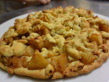 Mając przygotowane prażone jabłka przygotujecie to ciasto w jedną chwilę (fot. mat. Cynamonu)