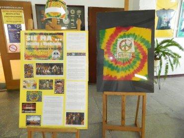 Unikatowe pamiątki z Przystanku Woodstock można oglądać na wystawie w MBP w Żorach (fot. materiały biblioteki)