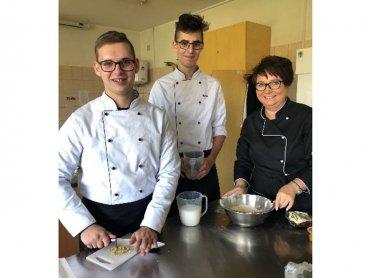 Joanna Żebrowska uczy cukiernictwa i jest dyrektorką Zespołu Szkół nr 7 w Tychach. Na zdjęciu ze swoimi uczniami (fot. mat. prasowe)
