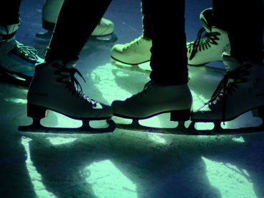 Wstęp na dyskoteki na lodowisku jest bezpłatny. Warto przygotować przebranie związane z tematyką imprezy (fot. pixabay)