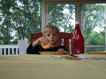 Dzieci nie jedzą pewnych rzeczy, bo nie podoba im się kolor potrawy, jej konsystencja, zapach, lub mają z nią złe skojarzenia (fot. sxc.hu)