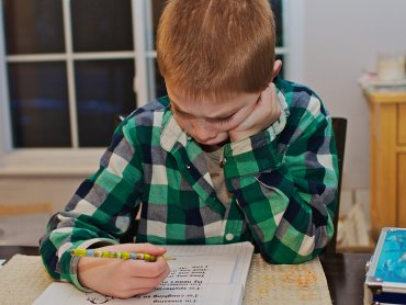 Warto jak najwcześniej zdiagnozować co jest powodem problemów naszego dziecka w szkole (fot. foter.com)