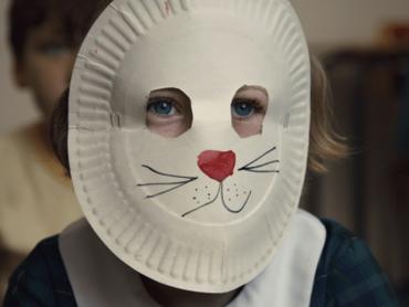 """Kadr z filmu """"Dziewczynka w króliczej masce"""" (fot. mat. prasowe)"""