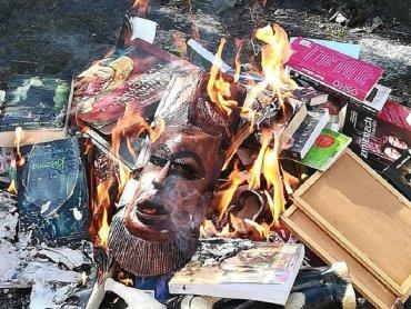 Książki spalono po niedzielnej mszy w gdańskiej parafii (fot. mat. Fb Fundacja SMS Z Nieba)