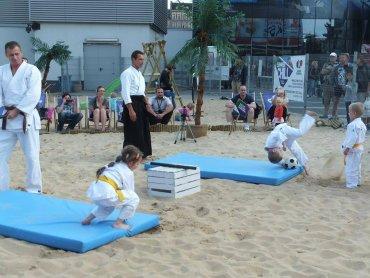 Aikido to japońska sztuka walki stworzona przez mistrza Morihei Ueshiba. Na zdjęciu pierwszy sierpniowy trening przed Galerią Katowicką (fot. mat. organizatora)