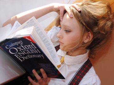 Dodatkowe zajęcia z angielskiego to świetna okazja do szlifowania języka (fot. pixabay)