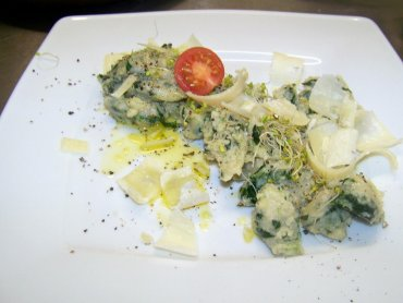 """Gniocchi z gryki i szpinaku. Potarwa została wykonana na warsztatach kulinarnych dla dorosłych """"Kuchnia włoska"""" (fot. materiały Cynamonu)"""