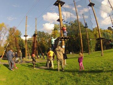 Park linowy to rozrywka dla osób lubiących mocne wrażenia (fot. materiały Śląskiego Parku Linowego)