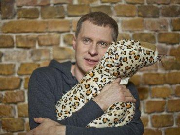Krzysztof Respondek wspiera akcję na rzecz dzieci zorganizowaną przez IKEA i UNICEF - napisał bajkę w której głównym bohaterem jest  pantera o imieniu Gapcio (fot. materiały IKEA)
