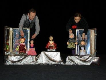 Lalki i walizki będą nieodłącznymi rekwizytami aktorów w niedzielnym spektaklu (fot. mat. organizatora)