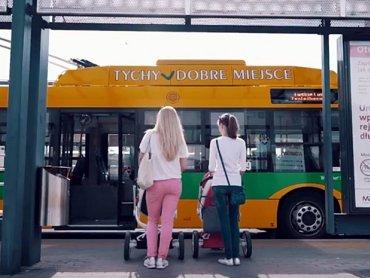 Jak podróżować z dzieckiem autobusem? Tego dowiemy się z filmu instruktażowego w ramach kampanii MZK, PKM i TLT w Tychach (fot. kadr z filmu instruktażowego)