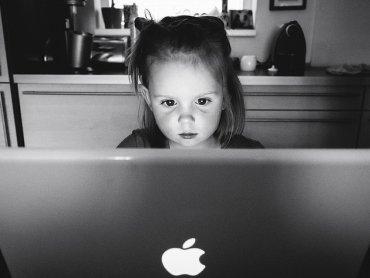 Wzrasta liczba dzieci uzależnionych od komputera (fot. foter.com)