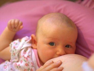 Naturalne karmienie jest najlepszym sposobem żywienia niemowląt, pomaga też mamie zgubić kilogramy nabyte podczas ciąży (fot. foter.com)