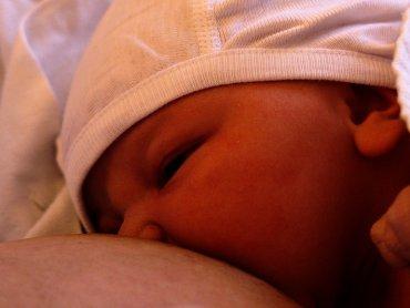 Karmienie piersią jest najbardziej naturalnym, niosącym ze sobą duże korzyści, sposobem żywienia niemowląt (fot. foter.com)