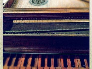 Klawesyn był znany w Europie od XV wieku - to instrument strunowy szarpany, wyposażony w klawiaturę, zaliczany do rodziny cytr (fot. foter.com)