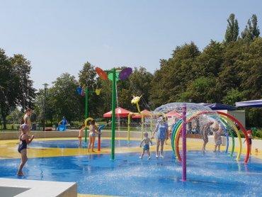 Wodny plac zabaw w Katowicach działa w godz. 9-21 (fot. Katarzyna Esnekier/SilesiaDzieci.pl)