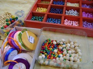 Podczas warsztatów artystycznych w CH Auchan dzieci stworzą bransoletki dla swoich mam (fot. mat. organizatora)