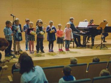 Wakacyjne spotkania z muzyką w Filharmonii to niezwykła okazja do zapoznania dziecka z tym wyjątkowym miejscem (fot. mat. organizatora)