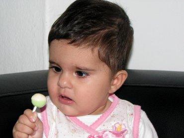 Dzieci bardzo często obdarowywane są słodyczami, dużo rzadziej owocami (fot. sxc.hu)