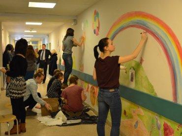 Uczniowie ZSP w Katowicach pomalowali ściany szpitala (fot. materiały prasowe)