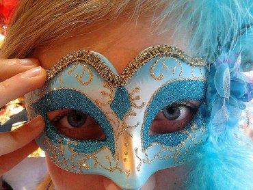 Kolorowe maski to niezbędne uzupełnienie strojów w czasie karnawału (fot. mat. organizatora)