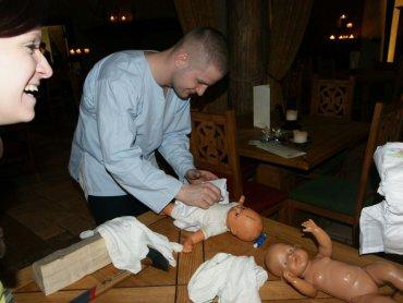 W Warowni Pszczyńskich Rycerzy panowie zaprezentują swoje umiejętności związane np. z przewijaniem niemowląt (fot. mat. Warowni)