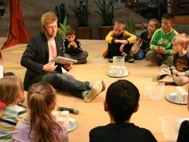 """Warsztaty """"Zaklęte w słowach"""" poprowadzi Michał Zawadka, autor książek dla dzieci (fot. archiwum zdjęć Michała Zawadki na Facebooku)"""