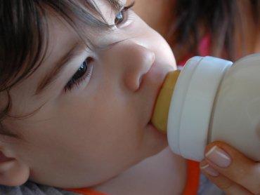 Mleko to bardzo ważny składnik diety dziecka (fot. sxc.hu)