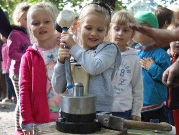 Wybijanie monet to nowa atrakcja dla dzieci zwiedzających Zamek w Będzinie (fot. mat. organizatora)