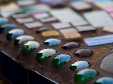 Układanie mozaiki rozbudza wyobraźnię i rozwija zdolności manualne (fot. foter.com)