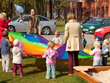 Dzieci z punktu przedszkolnego Fantastyczna Przygoda na placu zabaw (fot. materiały firmy Future Processing)