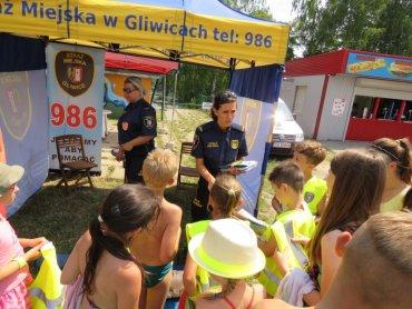 """Jak bezpiecznie wypoczywać nad wodą dowiedzą się dzieci na terenie ośrodka """"Czechowice"""" w Gliwicach (fot. Straż Miejska Gliwice)"""