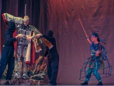 Aby wyeksponować muzyczną płaszczyznę, autorki scenografii pozostawiły spektakl uproszczony i symboliczny (fot. Teatr Dormana)