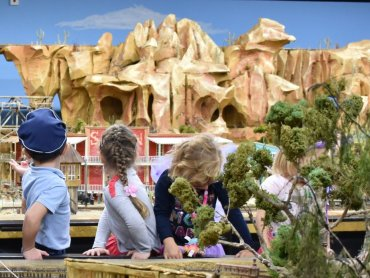 Na początku imprezy dzieci mogą wybrać dla siebie przebranie (fot. mat. organizatora)