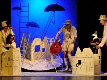 Na krawca Niteczkę czekają niesamowite przygody (fot. Teatr Ateneum)