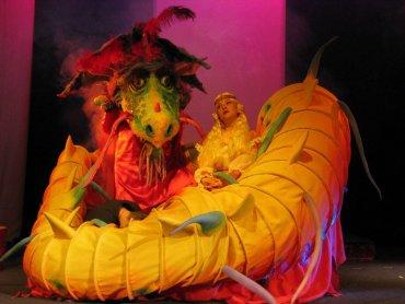 Orientalna sceneria to ciekawy pomysł na przedstawienie przygód Szewczyka Dratewki (fot. mat. Teatr Dzieci Zagłębia)