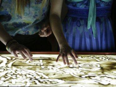 Prace będą tworzone w półmroku przy dźwiękach muzyki (fot. mat. organizatora)