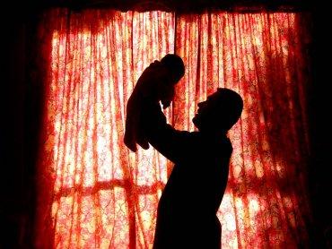 Wciąż niewielu ojców wykorzystuje, przysługujący im, urlop tacierzyński (fot. sxc.hu)