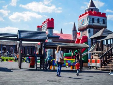 Park Ogrodzieniec to kompleks parków tematycznych, do którego zalicza się m.in. Park Rozrywki z dmuchanym zamkiem, zamkiem rycerskim, huśtawkami i karuzelą wiedeńską (fot. mat. organizatora)