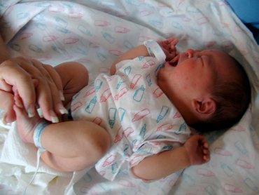Jeżeli dziecko karmione piersią ma zatwardzenie, można dać mu do wypicia łyżeczkę ciepłej, przegotowanej wody. Powinna pomóc (fot. sxc.hu)