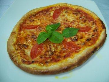 """Domowa pizza wykonana na warsztatach kulinarnych dla dzieci """"Pieczemy pizzę"""" (fot. materiały Cynamonu-Sztuki Gotowania)"""