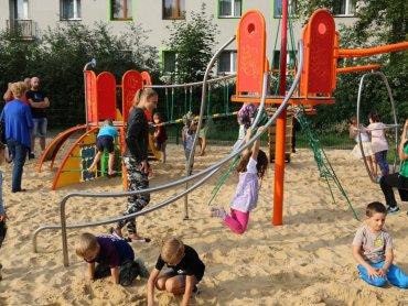 Nowy plac zabaw od razu przyciągnął dzieci z okolicy (fot. mat. prasowe)