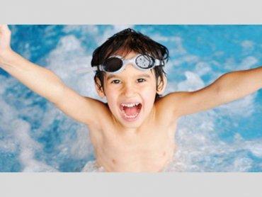 Zajęcia na basenie bardzo korzystnie wpływają na rozwój, prawidłową postawę i dobre nawyki dziecka w przyszłości (fot. materiały UM Sosnowiec)