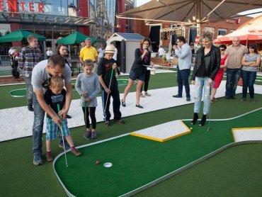 Pole do mini golfa przed SCC w ubiegłe wakacje robiło furorę - odwiedziło je wówczas prawie 10 tys. osób (fot. mat. organizatora)