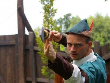 Na tych zajęciach sam Robin Hood pokaże dzieciom jak strzelać z łuku (fot. materiały Warowni)