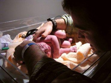 W Centrum Zdrowia Kobiety i Dziecka Szpitala Miejskiego w Zabrzu ojcowie mogą być obecni przy cesarskim cięciu (fot. foter.com)