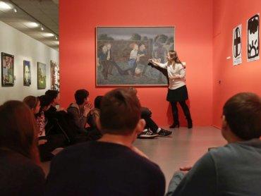 Jak patrzeć na sztukę współczesną dowiedzą się uczestnicy warsztatów w Muzeum Śląskim (fot. Witalis Szołtys)